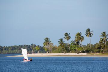 Handgebautes Segelboot aus Holz in Brasiliens Bahia