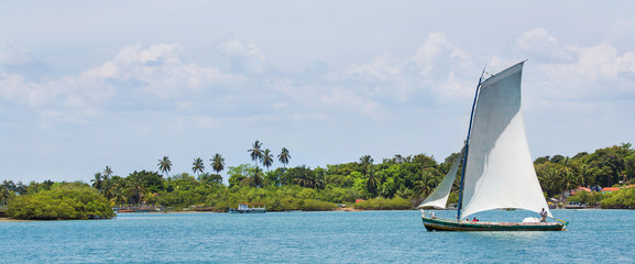 Segelboot in der Allerheiligenbucht Salvator Bahia in Brasilien
