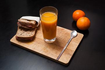 Succo d'arancia e toast