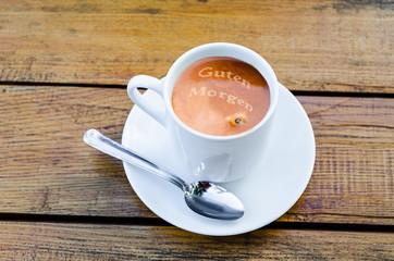 Kaffee mit Milchschaumschrift Motiv
