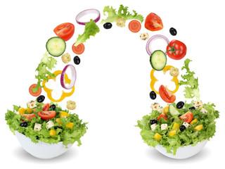 Fliegende Salat Zutaten in Schüssel mit Tomate, Gurke, Zwiebel