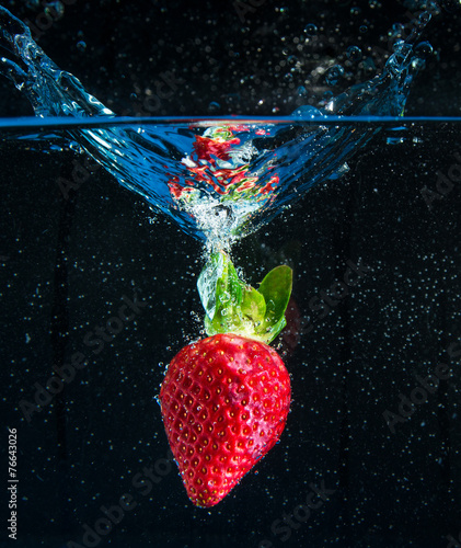fragola splash in fondo nero - 76643026