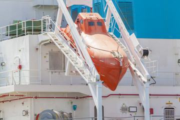 Totally enclosed freefall lifeboat on a downward sloping slipway