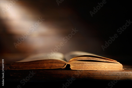 libro antico aperto - 76647499