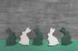 Holz Hintergrund Ostern in grün und weiß mit Osterhasen