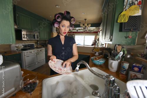 Leinwanddruck Bild 1950 Era Housewife Doing Her Daily Chores
