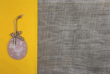 Holz Hintergrund oder Werbefläche zu Ostern in Gelb und Hahn