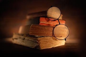 libri antichi con occhiali