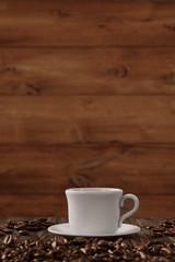 Tasse Kaffee mit Hintergrund aus Holz