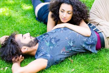 Paar liegt auf Wiese im Sommer und schläft