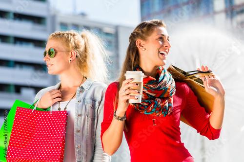 canvas print picture Frauen beim Einkaufen in der Stadt mit Tüten