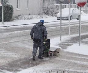 Mann mit einer Schneeräummaschine