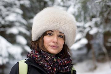 Ritratto di donna con cappello sulla neve