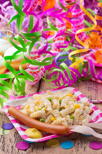 Leinwanddruck Bild Party mit Nudelsalat und Würstchen