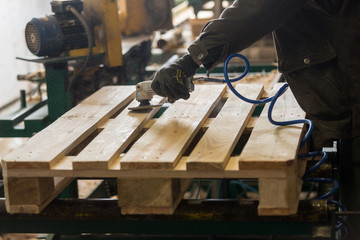 Pilishing of a wooden pallet