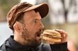 trisomique homme mangeant hamburger