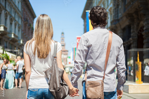 canvas print picture Couple walking in the city