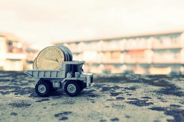 お金を運ぶダンプカー