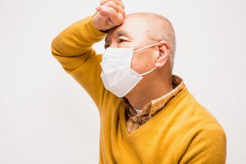 マスクをしているシニア