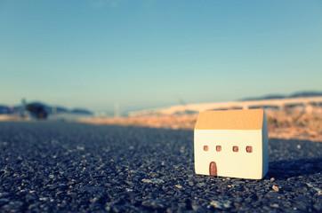アスファルトの道路の上に置かれた小さな家