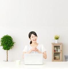 パソコンの前に座って納得する女性