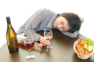 お酒を飲みすぎた女性