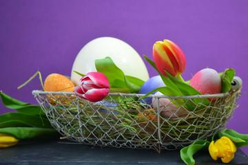 Tulpen im Osterkörbchen