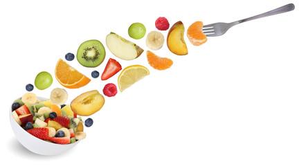 Fliegender Obstsalat essen mit Gabel, Früchte wie Orange, Apfel