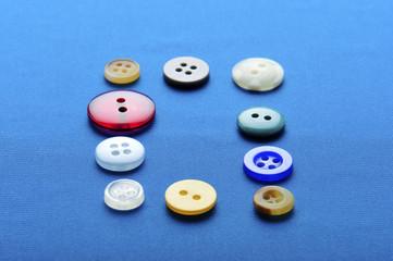 青い布と服のボタン