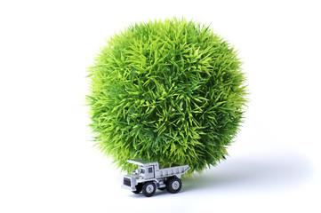 緑の丸いボールを運んでいるトラック