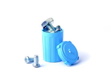 水色のゴミ箱に捨ててある部品