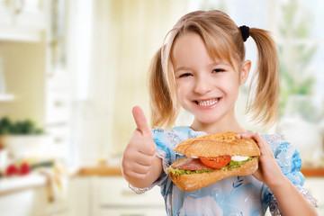 Kind hält Daumen hoch zu gesunder Ernährung