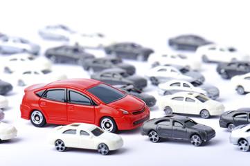 大量の車と赤いスポーツカー