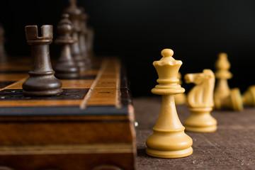 Scacchi con scacchiera su piano in legno