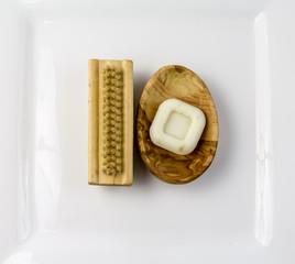 Bürste und Seife in der Seifenschale