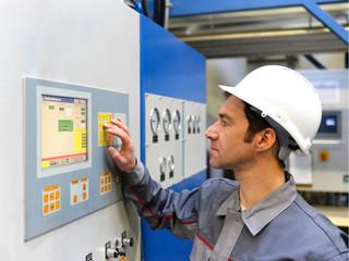 Industriearbeiter bedient Maschine // worker operating machine