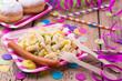 Leinwanddruck Bild - Bunte Party mit Nudelsalat und Würstchen