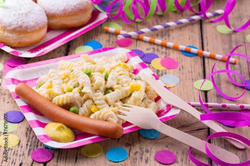 Leinwanddruck Bild Bunte Party mit Nudelsalat und Würstchen