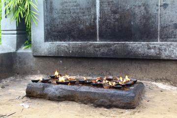 горящие благовония и масла в буддийском храме
