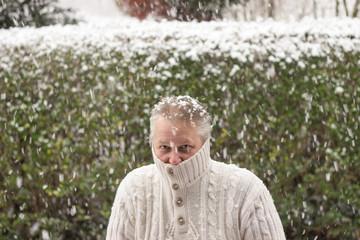 Ein Mann friert im Winter