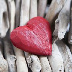 coeur en bois rouge sur bois flotté