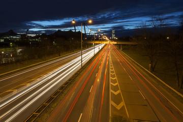 Befahrene Straße in München bei Nacht