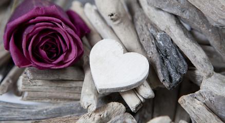 coeur en bois et rose de saint valentin