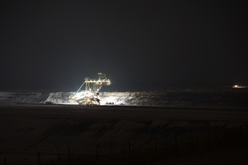 Taggebau Bagger bei Nacht