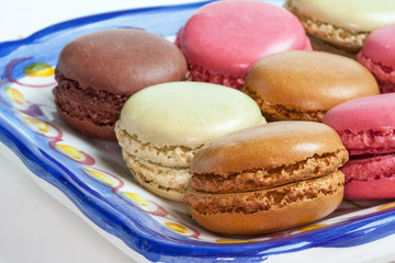 Macarons de couleurs différentes sur un plat