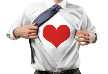 Mann öffnet Hemd / Herz