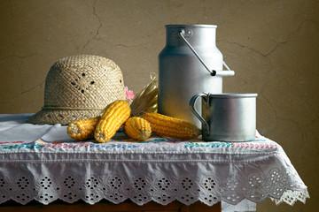 Деревенский быт. Алюминиевая посуда и соломенная шляпка.