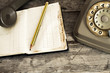 vecchio telefono analogico usurato - 76732853
