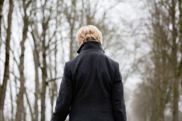 Frau mit Depression läuft im Winter