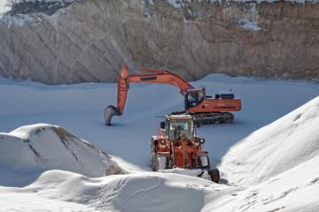 miniera e mezzi meccanici sotto la neve